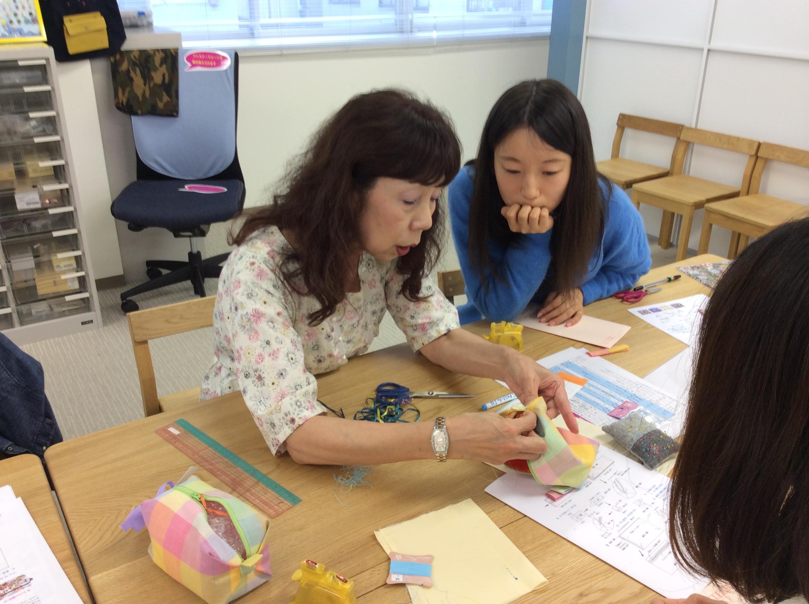 先生の教室の講師・安藤明美さん(左)も指導に来て下さいました