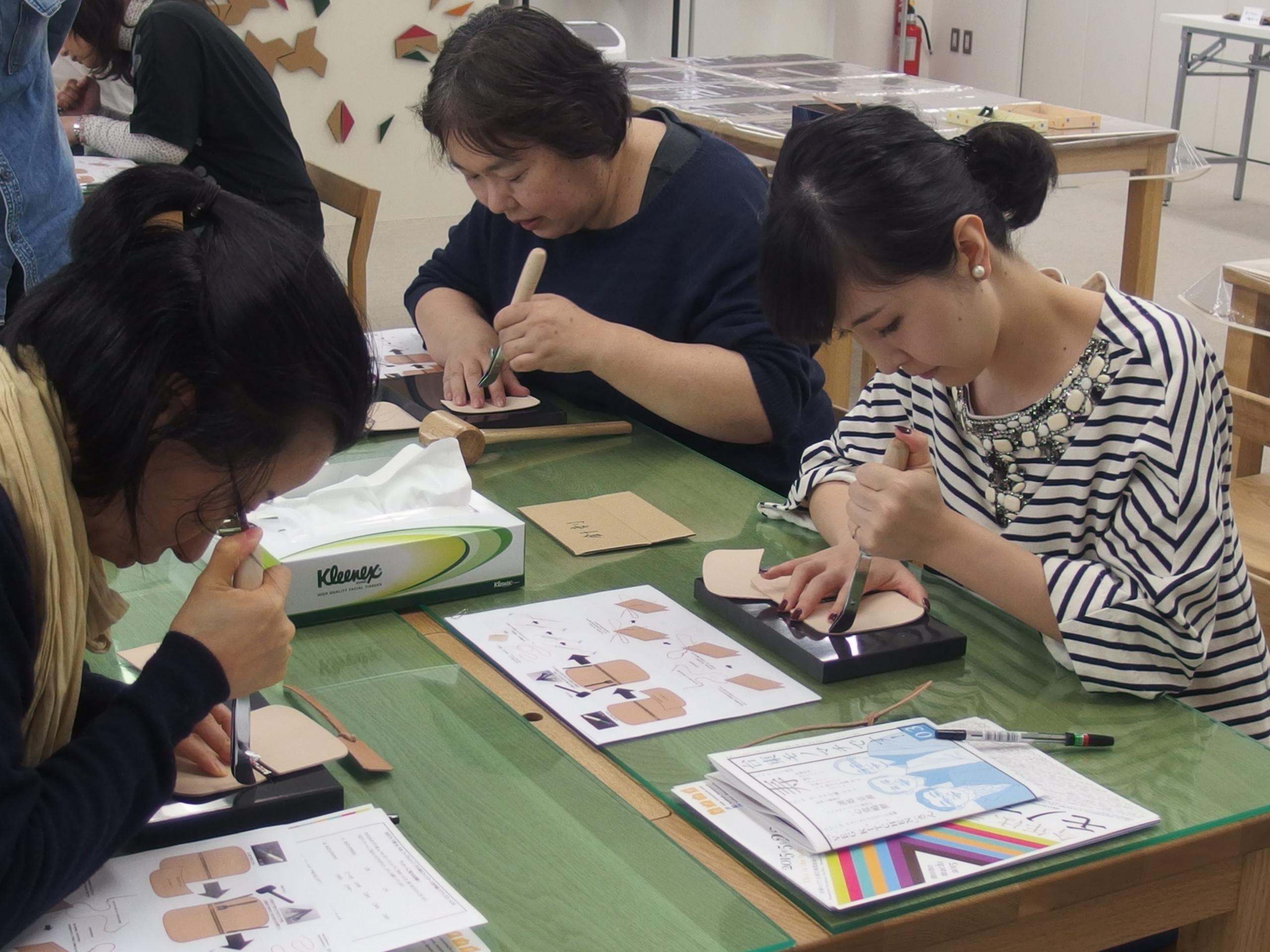 ネジ捻という道具で縫う位置に印を付ける