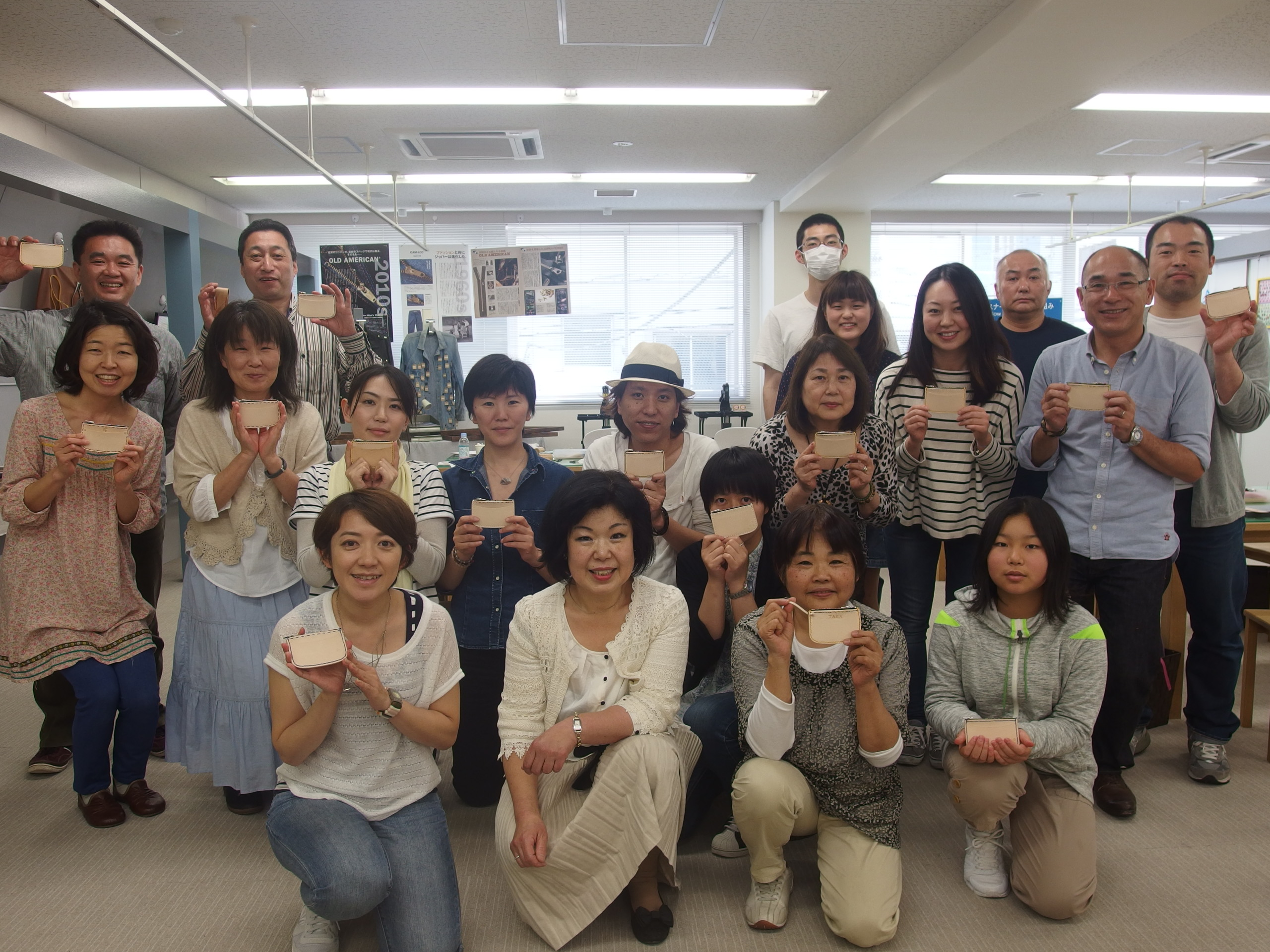 アドバイザーの大澤さんを囲んで記念撮影(29日の参加者の皆さん)