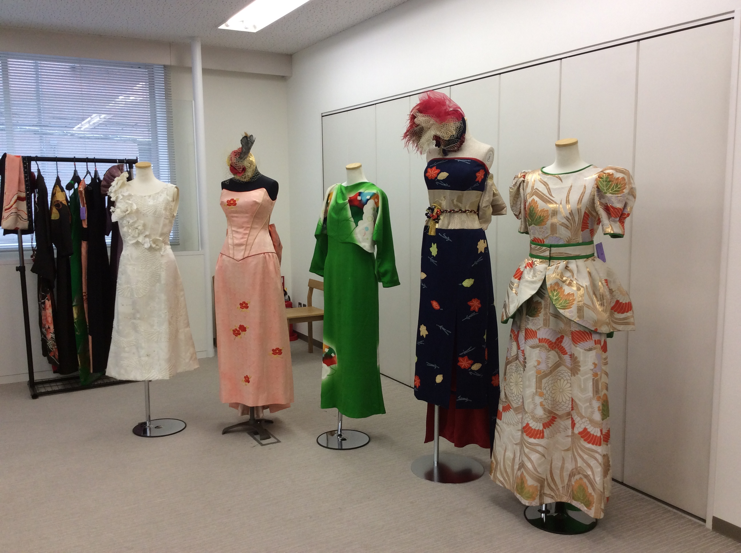 ドレスの他ポーチやバッグなどの和雑貨も展示販売
