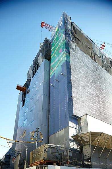 建築中のYKK80ビルの壁を飾っていたクリスマス柄のシートを使用