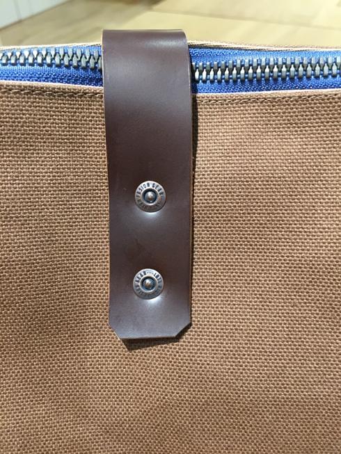 革の持ち手を留めるリベットバーは足踏み式の機械で取り付け