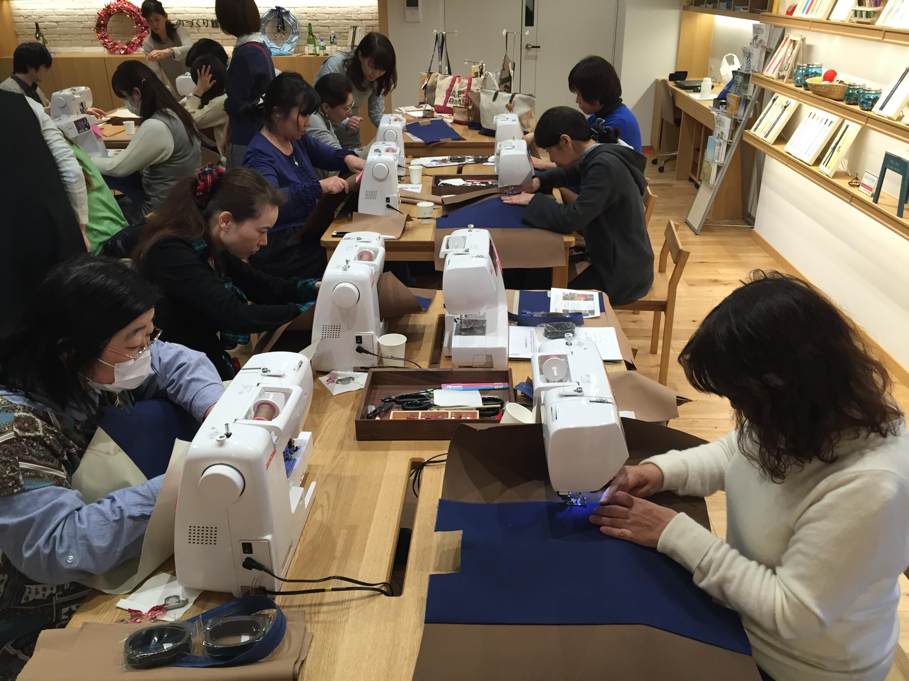 集中してミシン縫製に取り組む参加者の皆さん