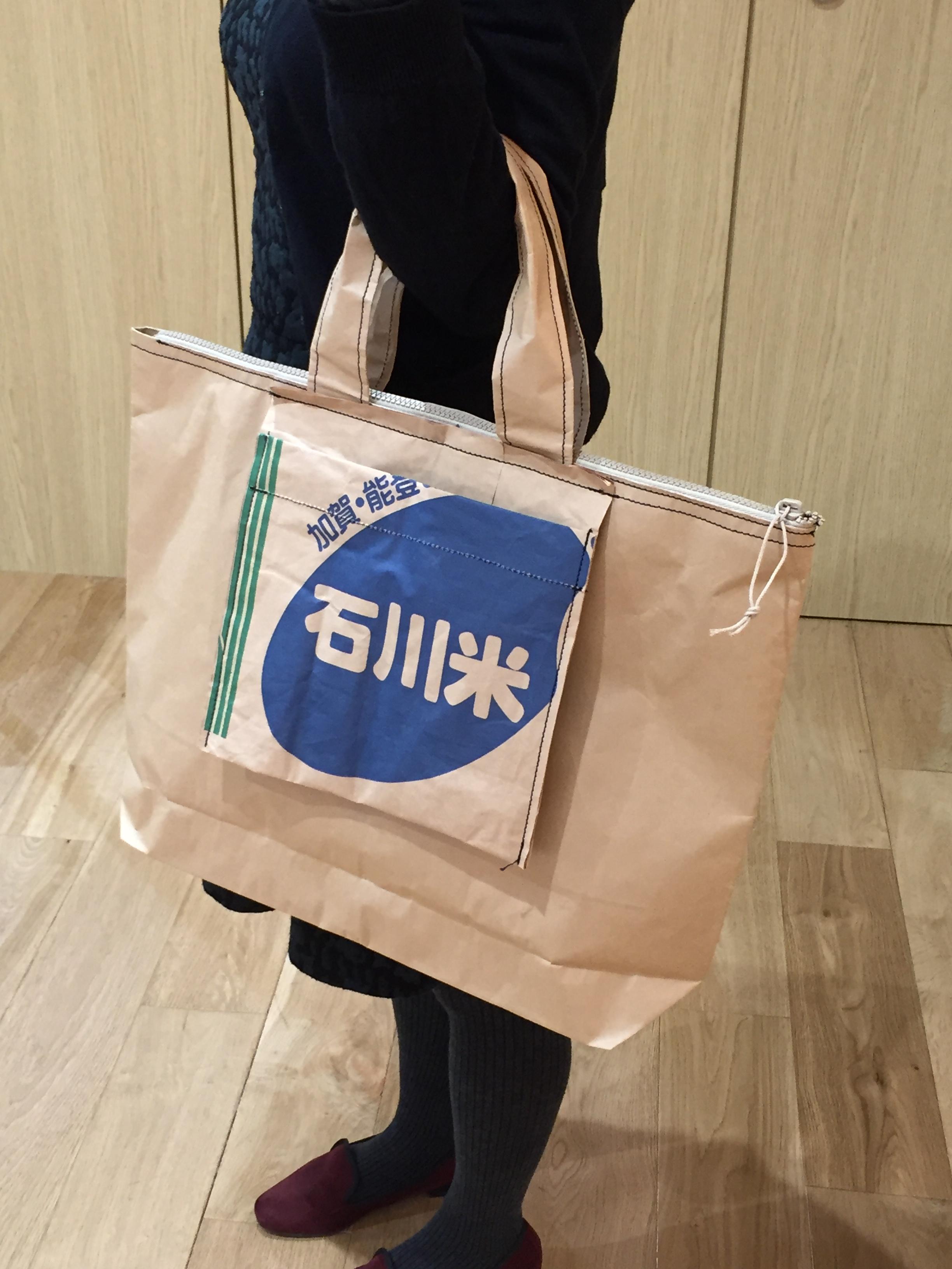 バッグ本体のサイズはタテ約37センチ、ヨコ約48センチ、マチ約10センチ