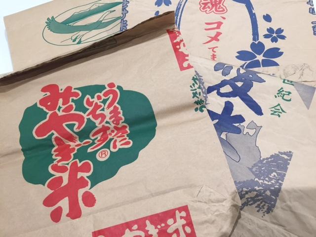外ポケットは使用済みの米袋を再利用。石川県以外にも各地の米袋を用意