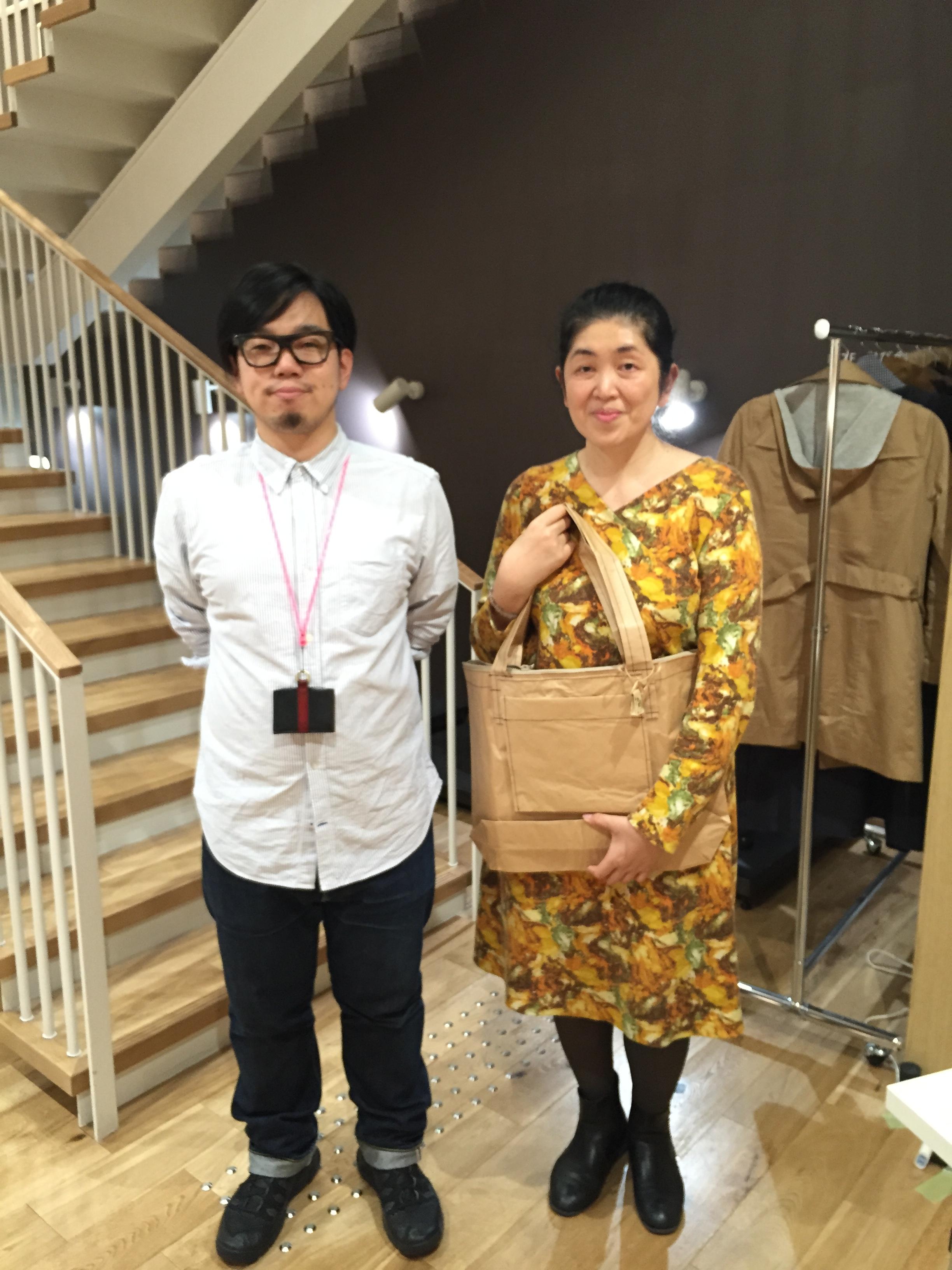 講師の岸慧デザイナー(左)と記念写真