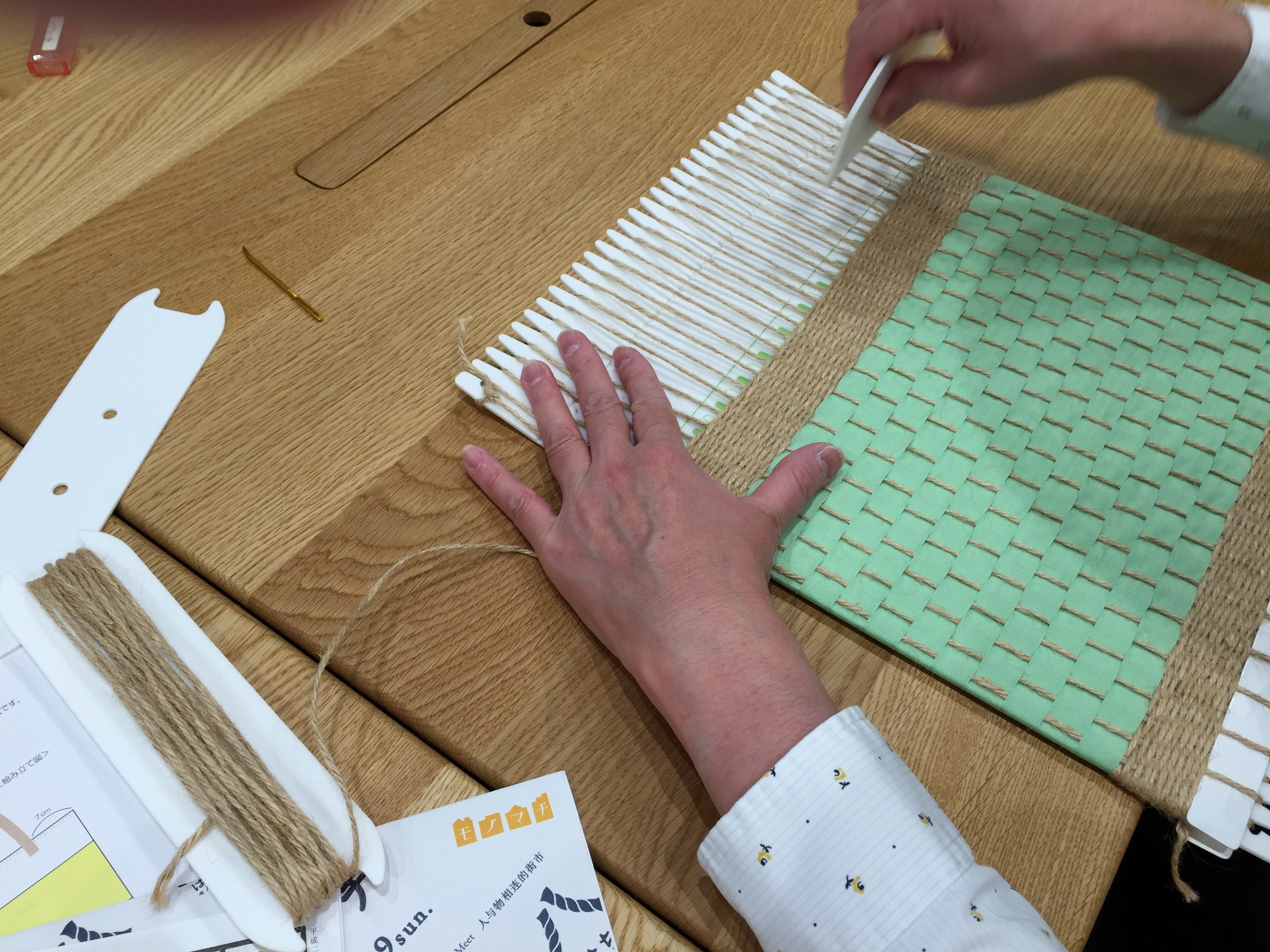 クシで織り糸を整える