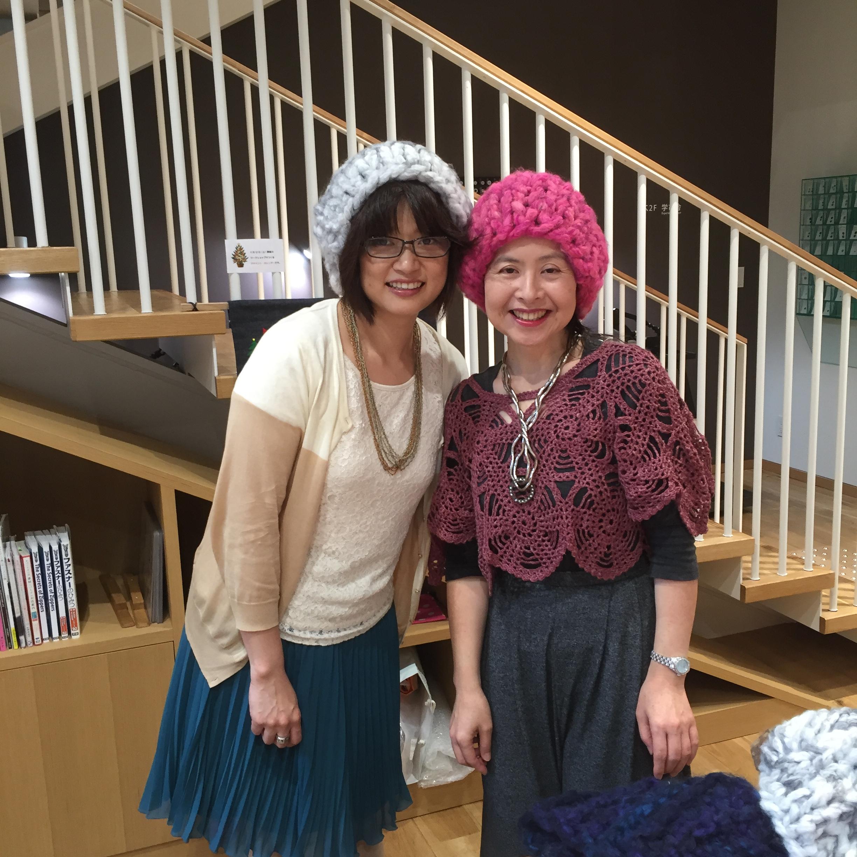講師の近藤氏(右)とアシスタントの山本氏(左)。モフモで編んだ帽子をかぶって