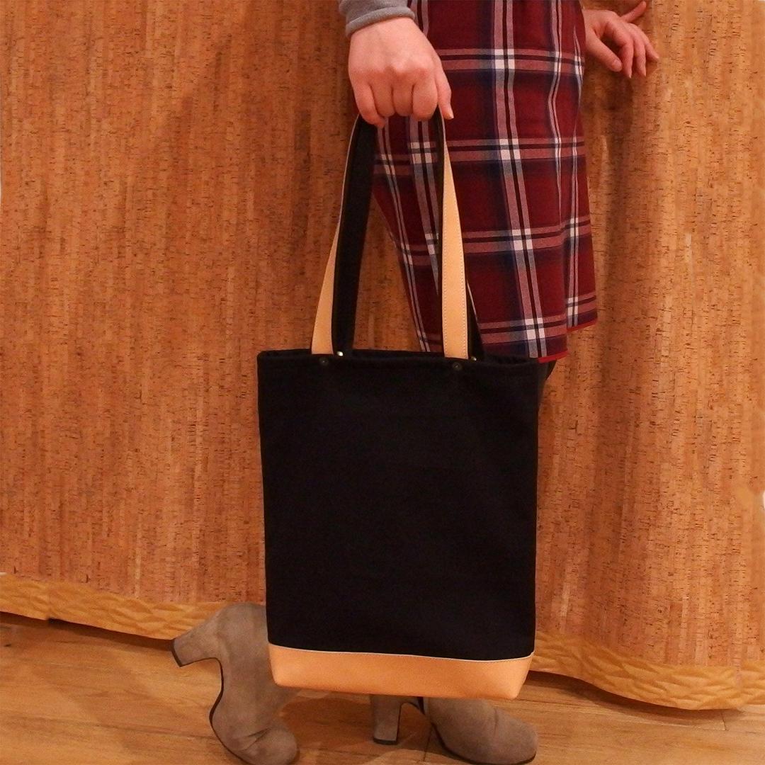 ヌメ革を使用したトートバッグは経年変化が楽しみです